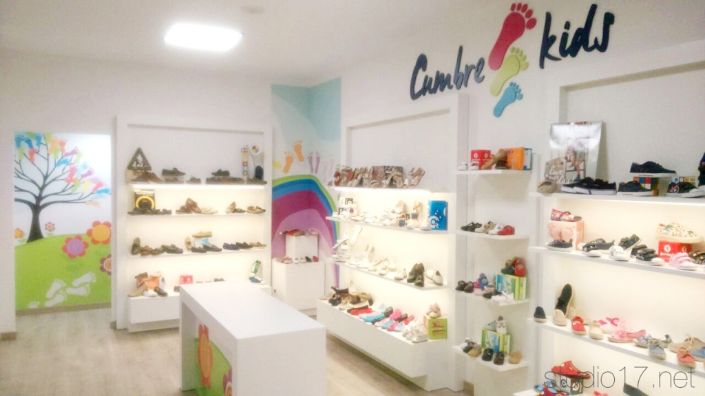 Restyling zapater a studio17 retail stands for Muebles para zapaterias
